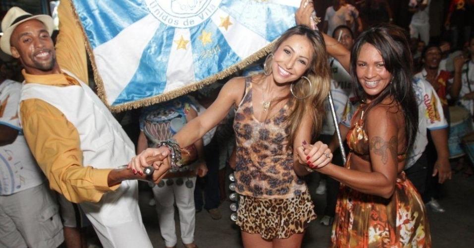 Sabrina Sato samba ao lado do mestra-sala e porta-bandeira da Vila Isabel (21/1/12)