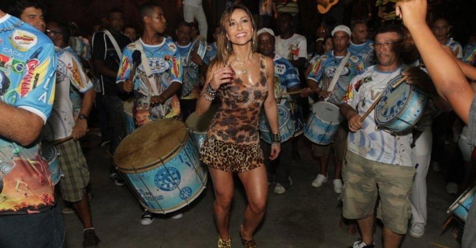 Rainha da Vila Isabel, Sabrina Sato vai de oncinha ao ensaio na quadra da escola (21/1/12)