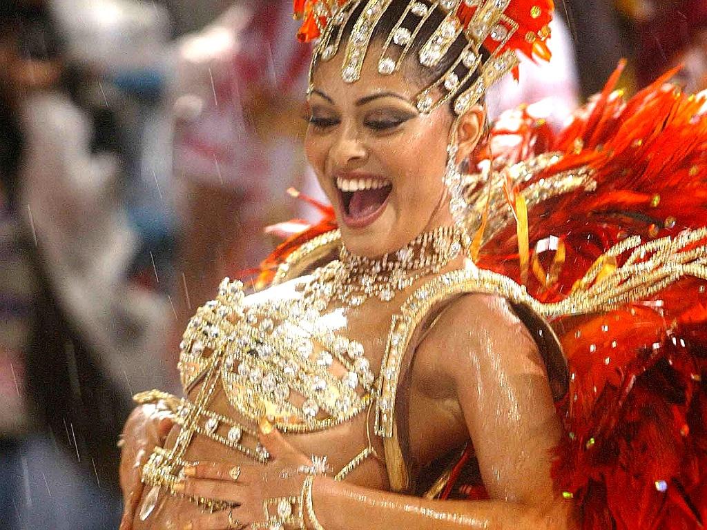 Juliana Paes, madrinha da bateria da escola Escola de samba Viradouro, desfila na Sapucaí (23/2/2004)
