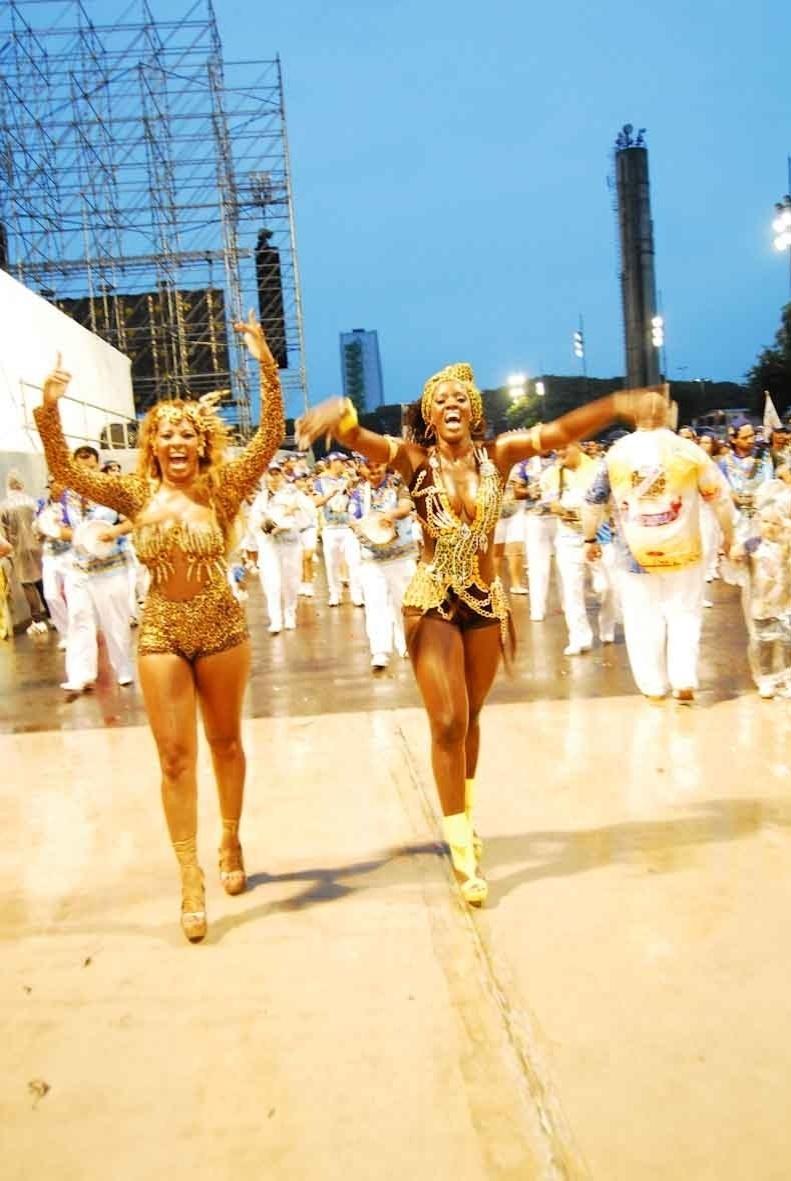 Valéria de Paula, rainha da bateria da Acadêmicos do Tucuruvi, e Renée Oliveira, musa da bateria, participaram do ensaio da escola no domingo (22/01/12) no sambódromo do Anhembi