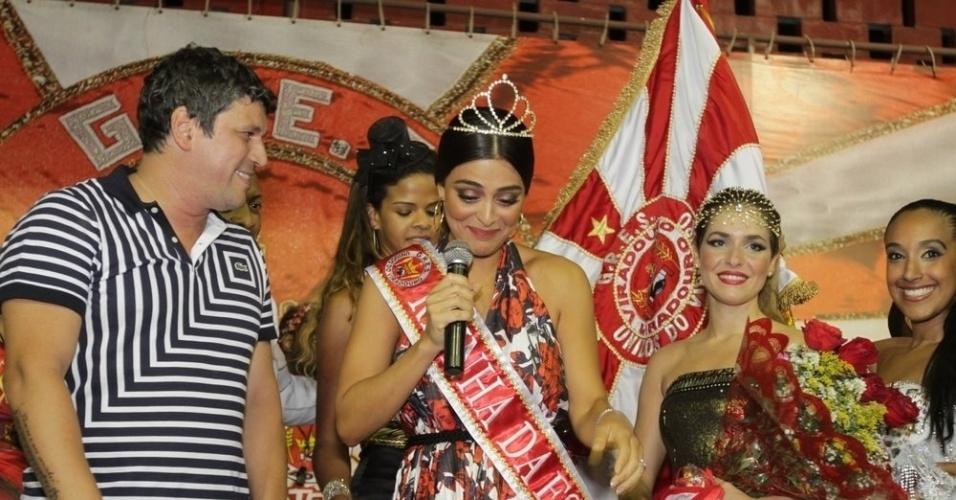 Ao lado de Monique Alfradique, Juliana Paes discursa ao receber o título de rainha da Viradouro na quadra da escola, em Niterói (24/1/12)