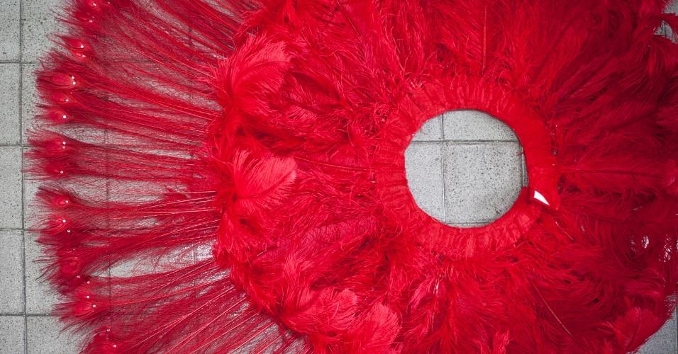 A fantasia da apresentadora Faa Morena, que desfilará pelo quarto ano consecutivo na Tom Maior, conta com 600 plumas vermelhas