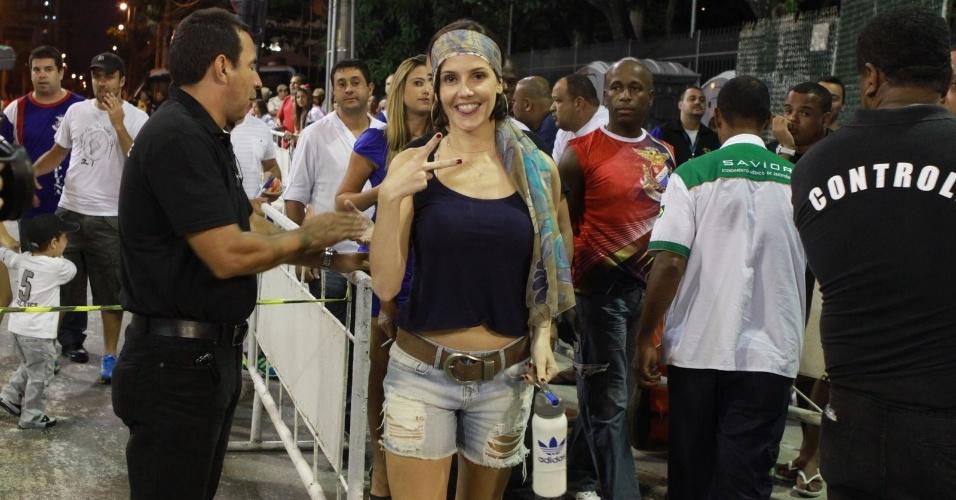 A atriz Deborah Secco chega ao ensaio técnico da União da Ilha no Sambódromo, no Rio de Janeiro (29/1/12)