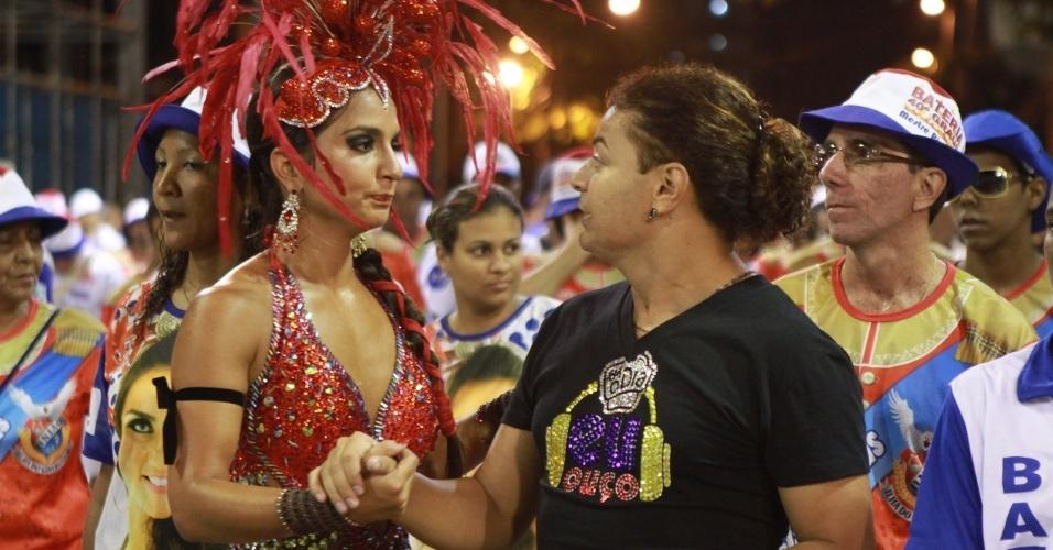 Bruna Bruno conversa com o humorista David Brazil durante ensaio técnico da União da Ilha no Sambódromo (29/1/12)