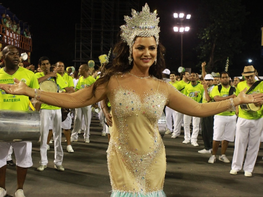 Com fantasia inspirada em Iemanj, Luiza Brunet samba no ensaio tcnico da Imperatriz Leopoldinense (28/1/12)