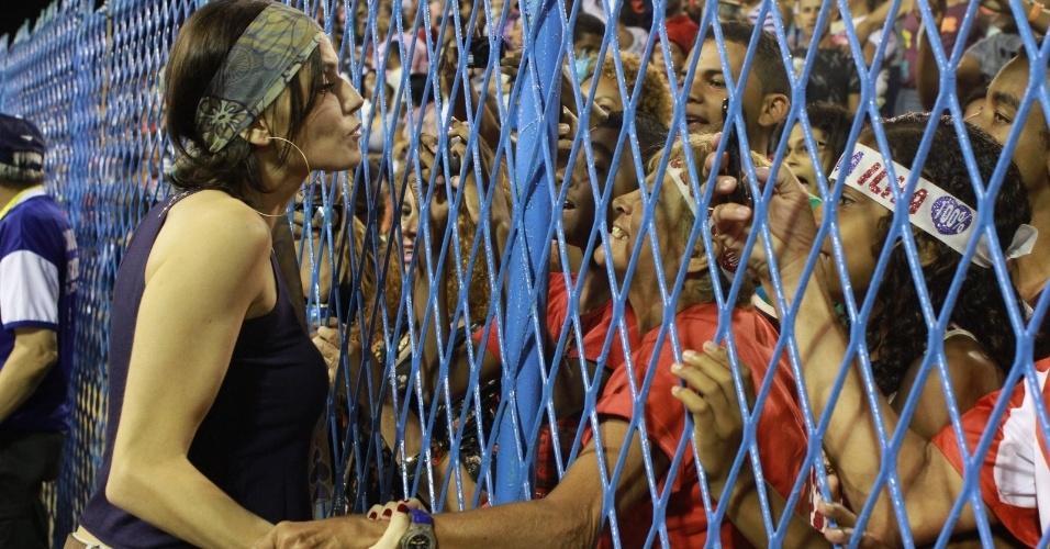 Deborah Secco conversa com fãs em sua chegada ao ensaio da União da Ilha no Sambódromo (29/1/12)