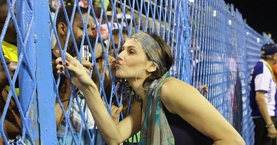 Deborah Secco manda beijos aos fãs em sua chegada ao ensaio da União da Ilha no Sambódromo (29/1/12)