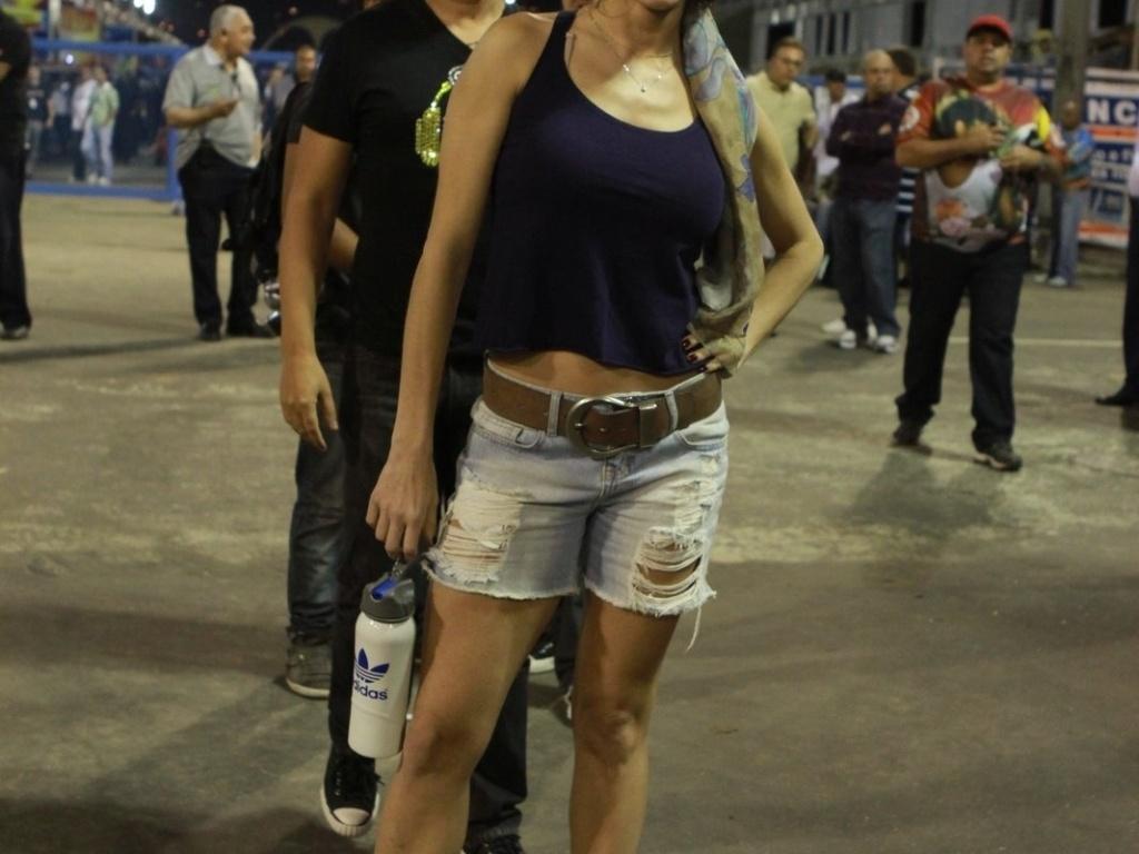 O humorista David Brazil faz careta atrás da atriz Deborah Secco no ensaio técnico da União da Ilha no Sambódromo, no Rio de Janeiro (29/1/12)