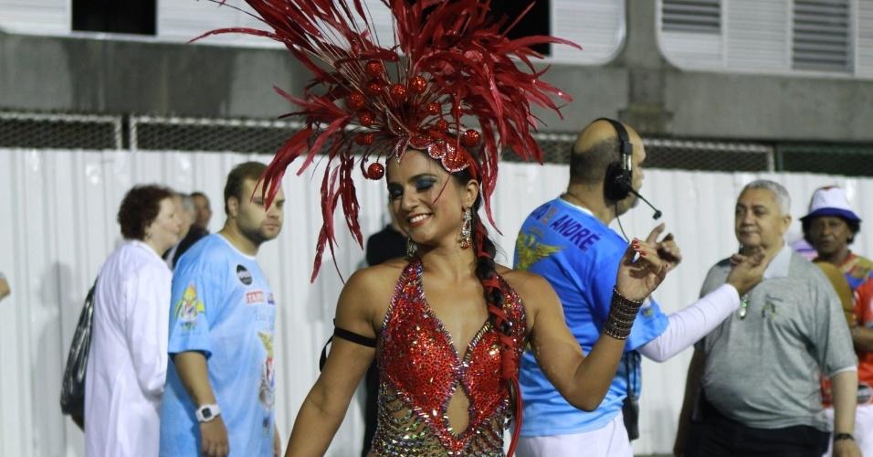 Rainha da bateria da União da Ilha pela oitava vez, Bruna Bruno canta o enredo da escola que este ano fala sobre cidade de Londres (29/1/12)