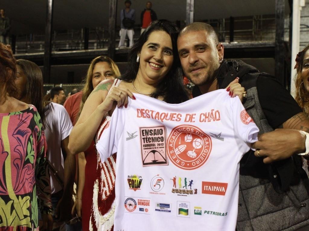 O cantor Diogo Nogueira participou de ensaio técnico do Salgueiro neste domingo (28/01/12) na Sapucaí. Ele posou para fotos com Regina Celi, presidente da agremiação