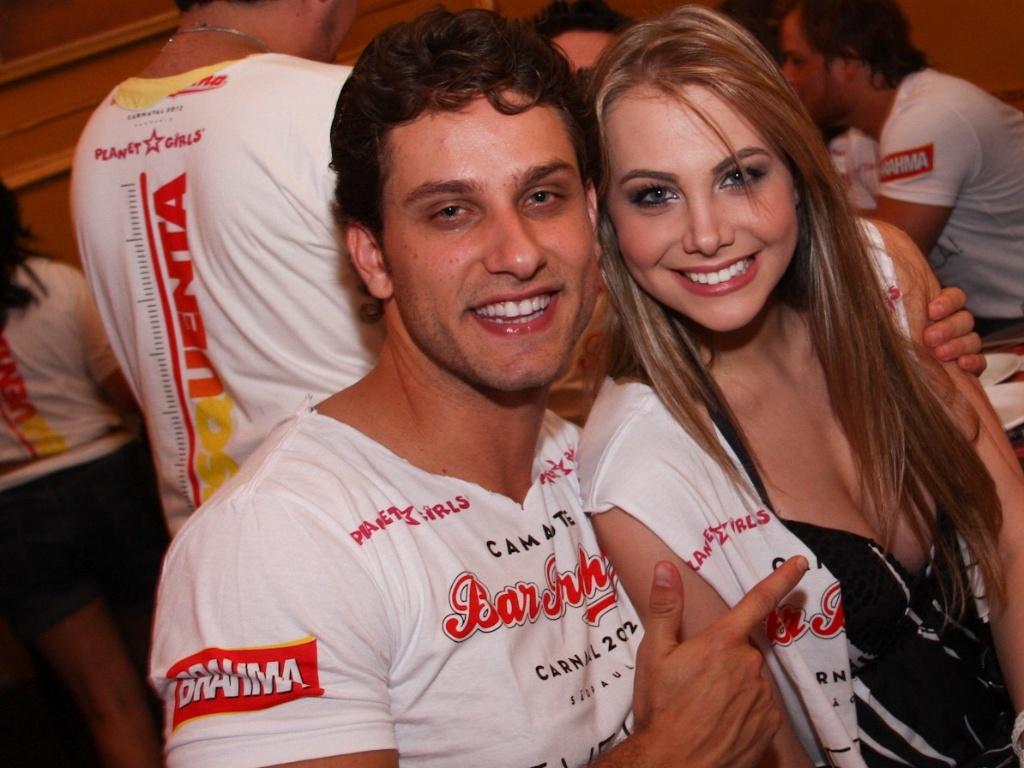O ex-BBB Eliéser e Osyanne Pilecco compareceram ao Happy Hour pré-Carnaval do Bar Brahma, em São Paulo (01/02/12)