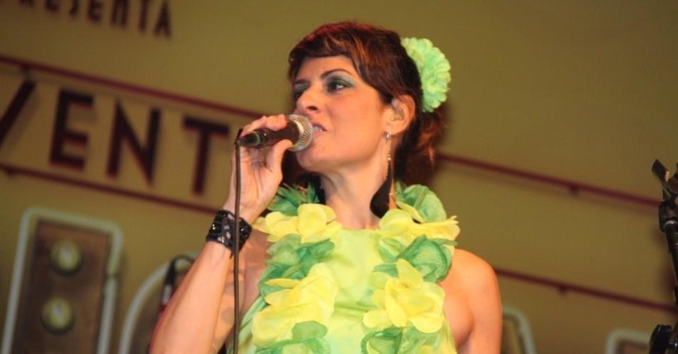 A cantora Fernanda Abreu se apresentou em ensaio do Bloco dos Clementianos, na quadra da São Clemente, no Rio de Janeiro (02/02/12)