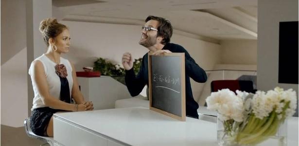 Frame da campanha da Brahma com a cantora Jennifer Lopez. Na propaganda, ela aprende termos como