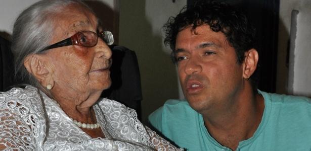 O cantor Jorge Vercillo em visita à Dona Canô, mãe de Caetano Veloso e Maria Bethânia (02/02/12)