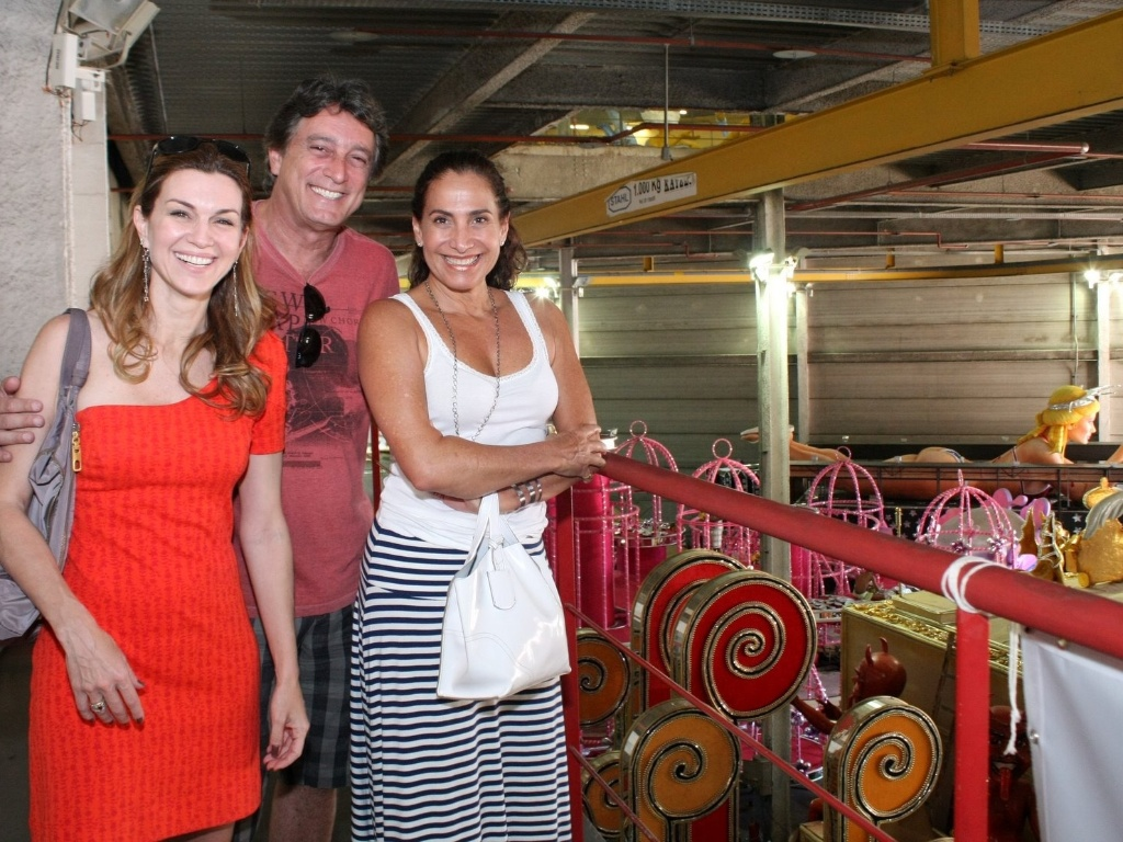 Os atores Adriana Garambone, Eduardo Galvo e Totia Meireles visitaram o barraco da So Clemente, na Cidade do Samba (03/02/12). Eles experimentam figurinos para o desfile e discutiram os detalhes das fantasias.