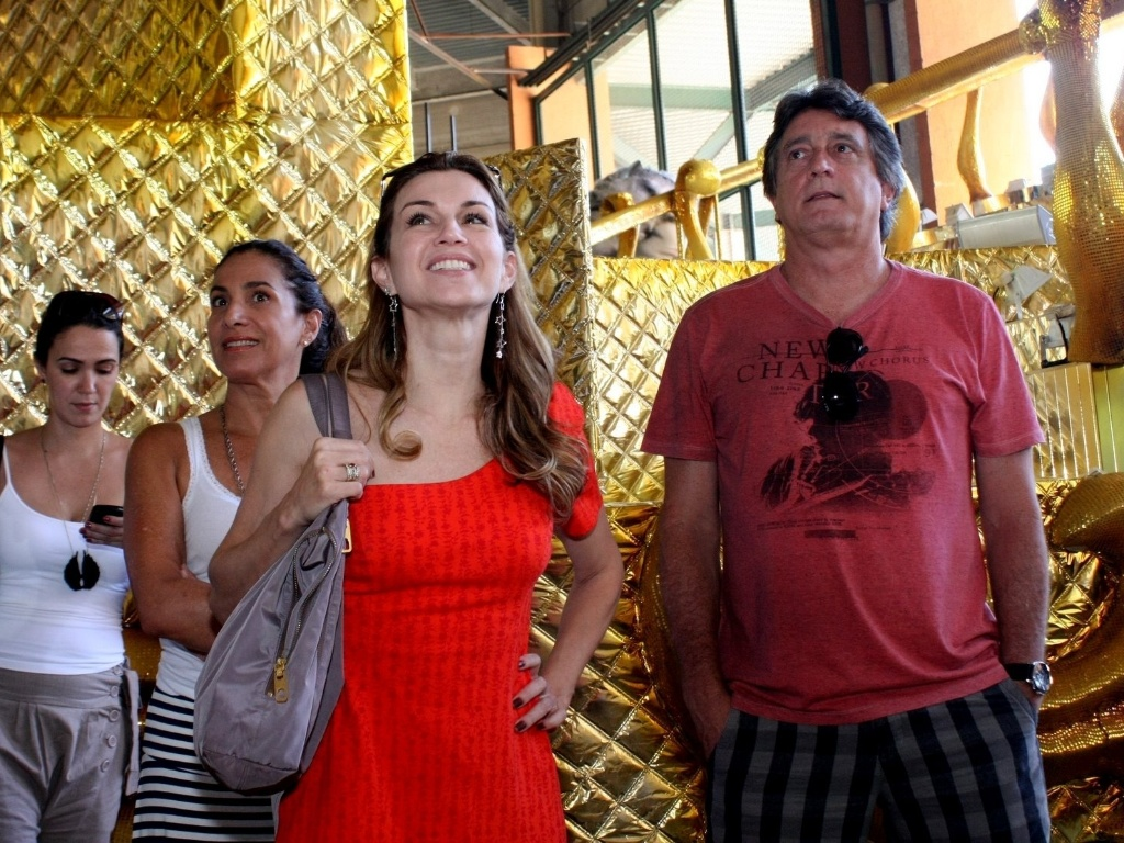 Os atoresTotia Meireles, Adriana Garambone e Eduardo Galvo visitaram o barraco da So Clemente, na Cidade do Samba (03/02/12). Eles experimentam figurinos para o desfile e discutiram os detalhes das fantasias.