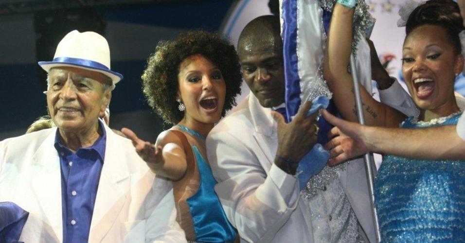 A atriz Sheron Menezes sobe no palco junto com casal de mestre-salas e porta-bandeira da Portela na inauguração da nova quadra da escola (4/2/12)