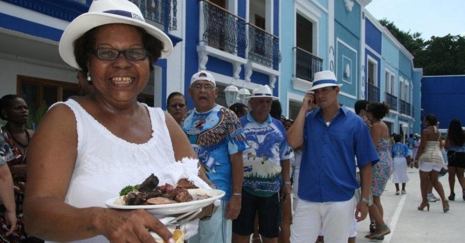 Convidada come feijoada na reinauguração da quadra da Portela no Rio de Janeiro (4/2/12)
