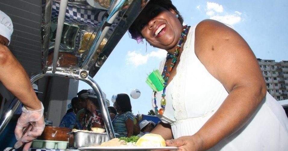 Convidado come feijoada na reinauguração da quadra da Portela no Rio de Janeiro (4/2/12)