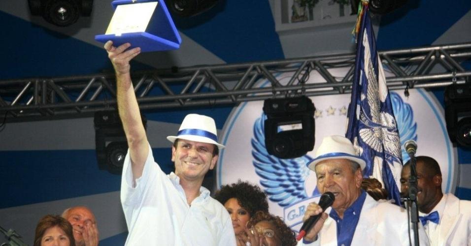 Eduardo Paes recebe homenagem na quadra da Portela no Rio. O prefeito da cidade foi recebido como ?cidadão portelense de honra? na quadra pela presidência da escola e pelo Rei Momo e a Corte Real (4/2/12)