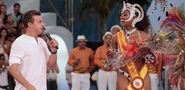 Luciano Huck e Janaína Simões, vencedora do concurso de Musa do Carnaval de São Paulo realizado pelo programa