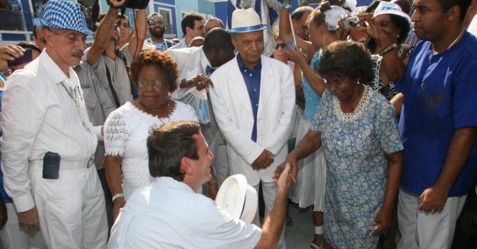O prefeito do Rio de Janeiro, Eduardo Paes, cumprimenta membro da velha guarda da Portela, no Rio de Janeiro (4/2/12)