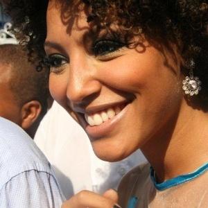 Rainha da bateria da escola, a atriz Sheron Menezes era só sorrisos na festa de reinauguração da quadra da Portela no Rio (4/2/12)