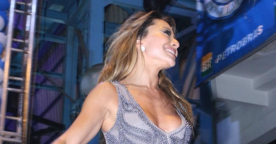 Sabrina Sato comemora aniversário na quadra da Vila Isabel, Rio de Janeiro, com bolo e samba (4/2/2012)