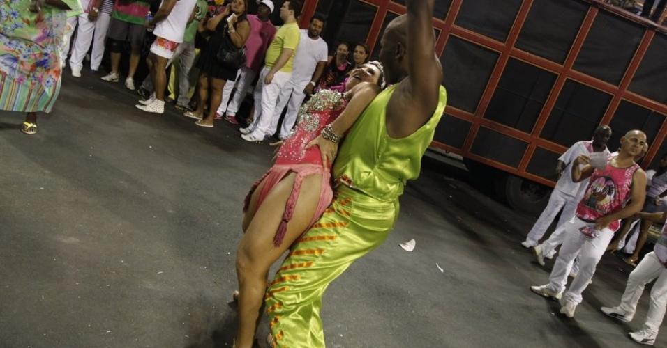 Scheila Carvalho prestigia ensaio técnico da Mangueira no Sambódromo, no Rio (5/2/2012)