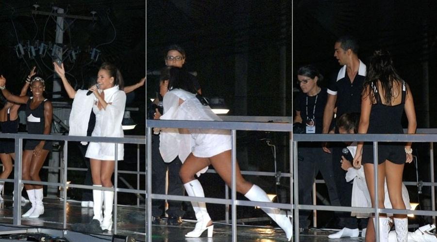 Daniela Mercury escorrega no trio elétrico no Carnaval da Bahia em 2009
