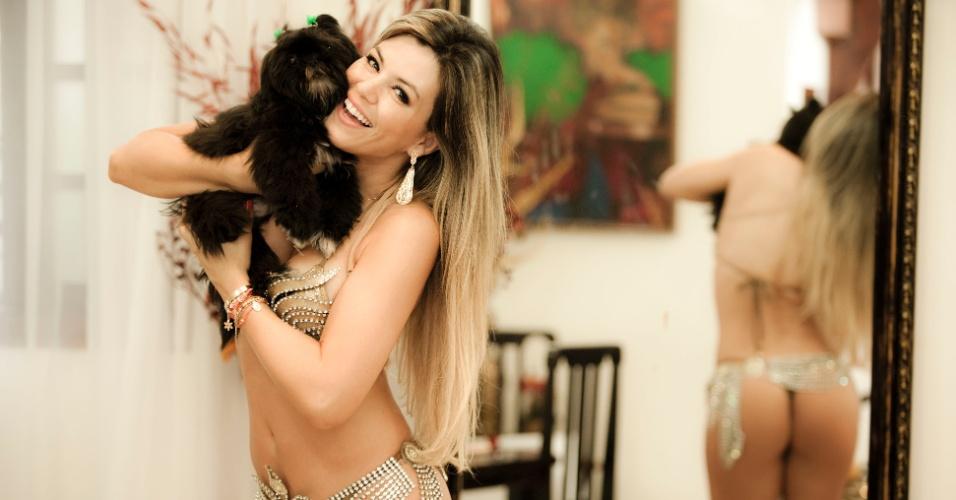 Tânia Oliveira posa com cachorro durante a primeira prova da fantasia de madrinha da Tom Maior (10/2/12)