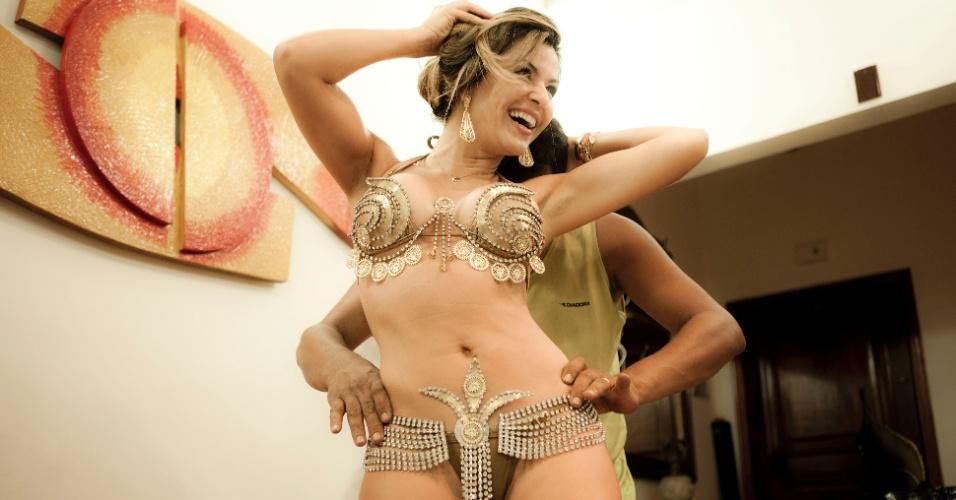 Tânia Oliveira se diverte durante a primeira prova de roupa da fantasia que vai usar no desfile da Tom Maior, no Carnaval de São Paulo (10/2/12)