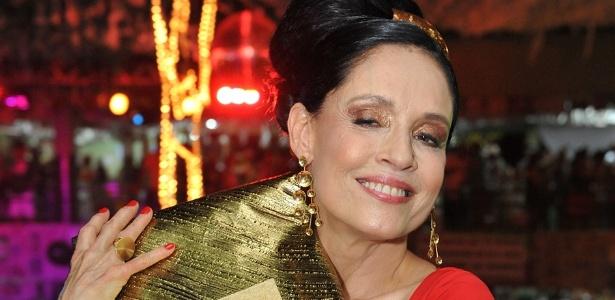 A atriz Sônia Braga prestigiou o Baile Siri na Lata, no Recife (10/2/12). Na imagem, ela mostra a echarpe que costurou na mão