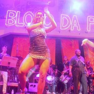 A ex-BBB Lia Khey dançou no show de Preta Gil na quadra da Unidos de Vila Isabel (10/02/12). Na ocasião, o ator Henri Castelli comemorou seu aniversário de 34 anos.