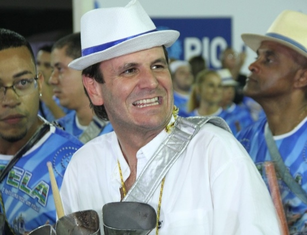Eduardo Paes, prefeito do Rio de Janeiro, participa da bateria da Portela (11/2/12)