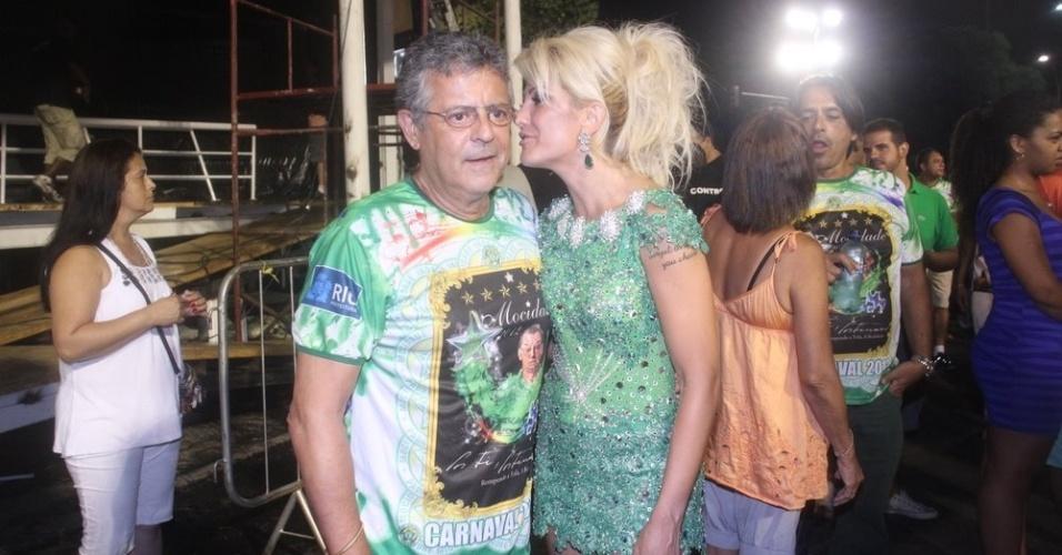 O ator Marcos Paulo com a namorada, Antonia Fontenelle, no ensaio técnico da Mocidade Independente de Padre Miguel na Sapucaí na sexta-feira (10/02/12). Antonia é rainha de bateria da escola.