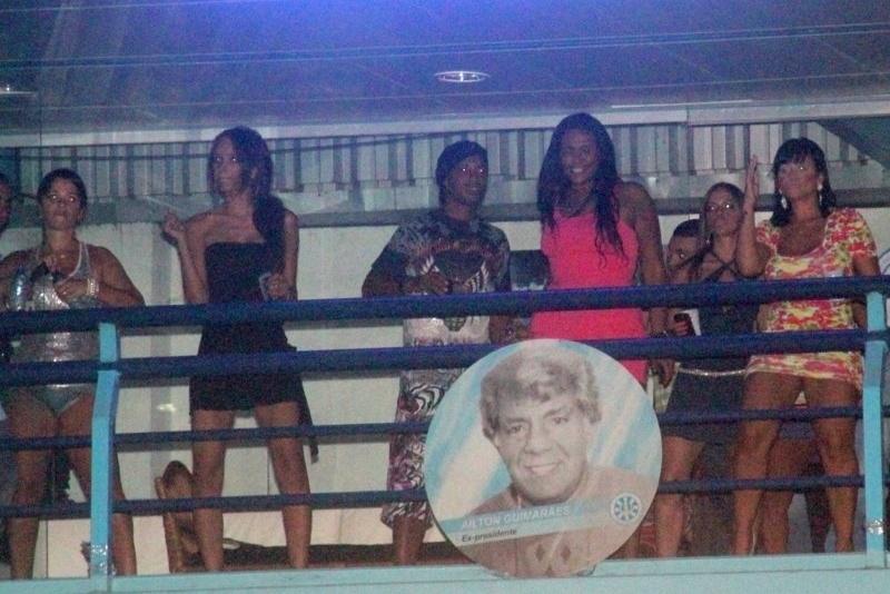 O jogador Ronaldinho Gaúcho também esteve presente no show de Preta Gil na quadra da Unidos de Vila Isabel (10/02/12). Na ocasião, o ator Henri Castelli completou 34 anos.