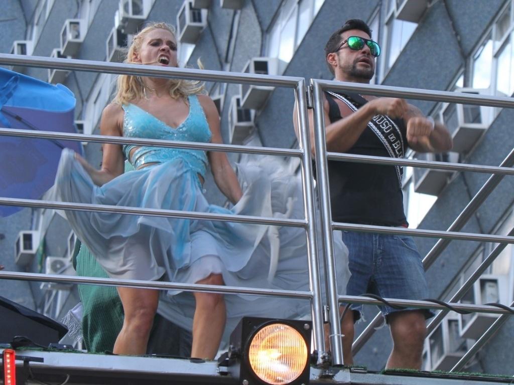 A atriz Carolina Dieckman compareceu ao bloco de Preta Gil que leva o nome da cantora,
