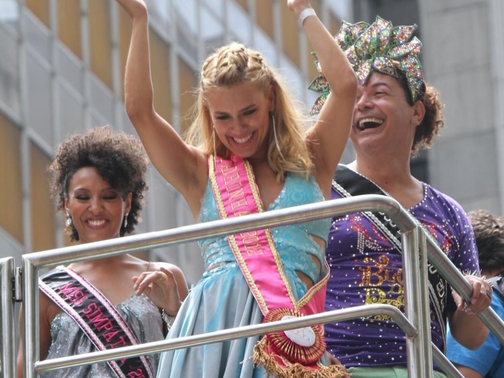 As atrizes Carolina Dieckman e Sheron Menezes, com David Brazil, compareceram ao bloco de Preta Gil que leva o nome da cantora,