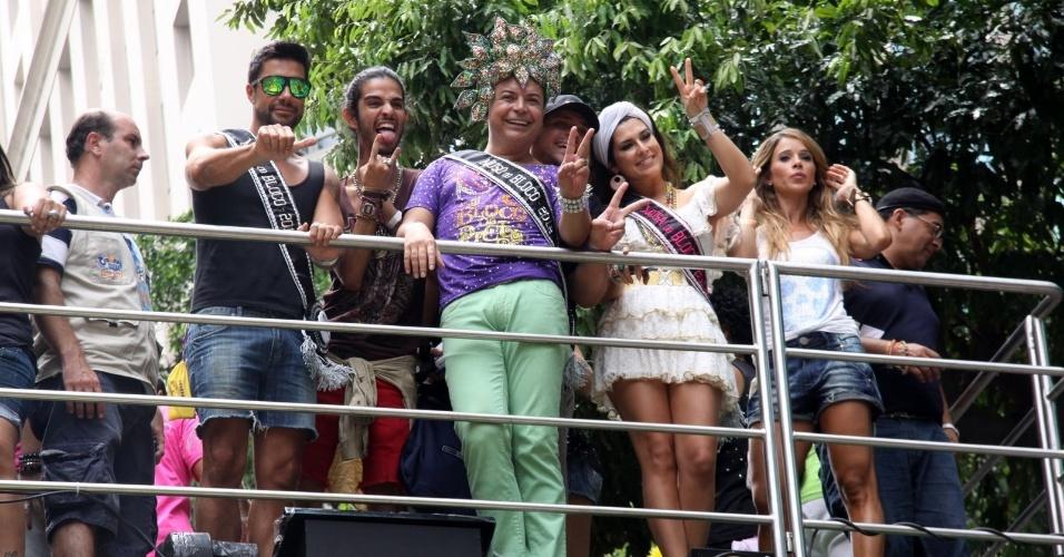 David Brazil posou para fotos com a atriz Fernanda Paes Leme no bloco de Preta Gil que leva seu nome,