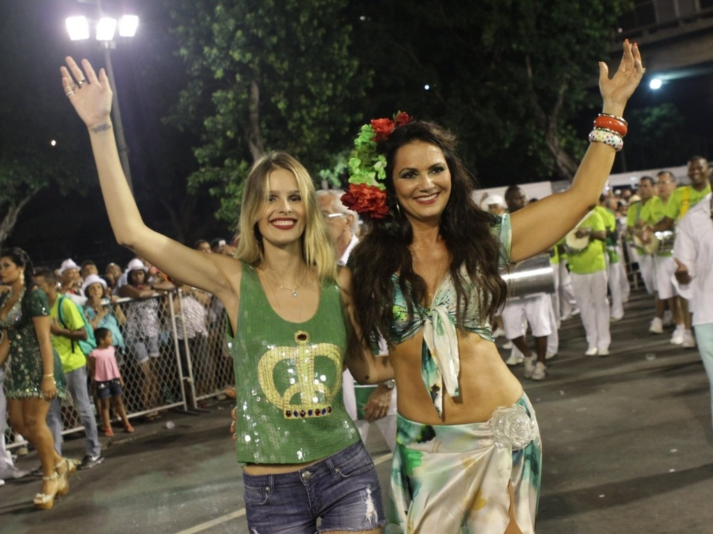 Luiza e Yasmin Brunet no ensaio da Imperatriz Leopoldinense na Sapuca (11/2/12). Luiza  rainha de bateria da escola.