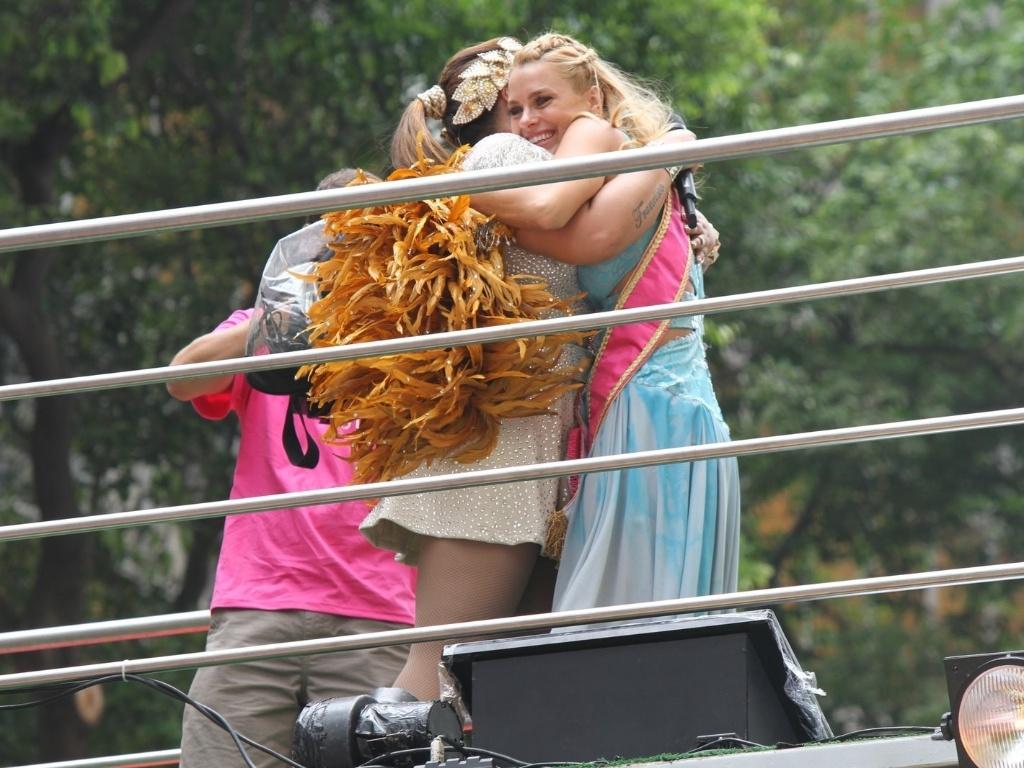 Preta Gil recebeu abraço da atriz Caroline Dieckman durante o