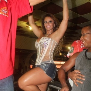 Rainha de bateria do Salgueiro, Viviane Araújo esteve presente em ensaio da escola no sábado (11/2/12)