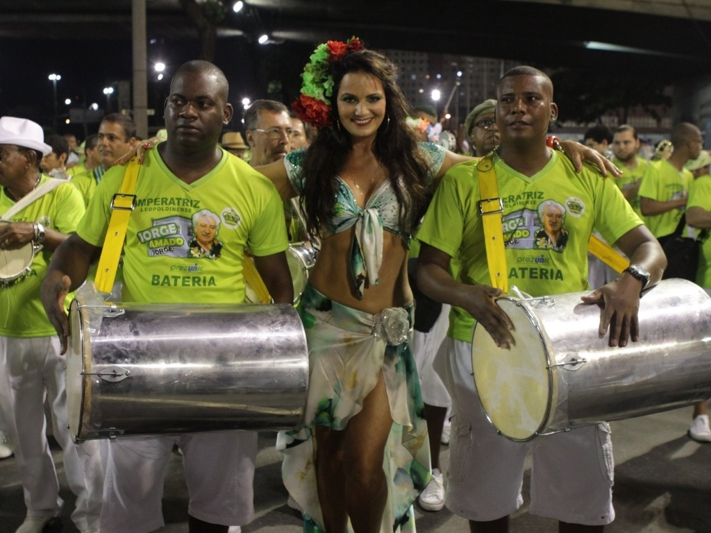 Rainha de bateria, Luiza Brunet participou do ensaio da Imperatriz Leopoldinense na Sapuca (11/2/12).