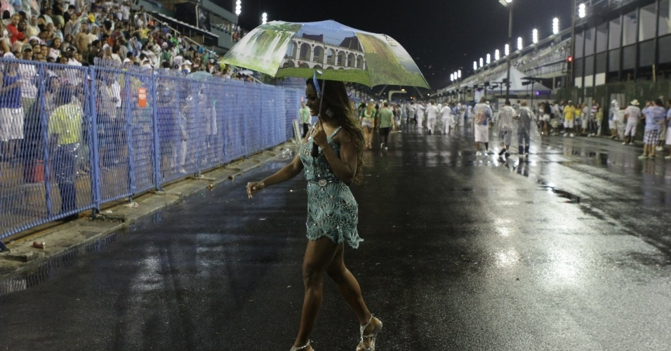 A ex-BBB Jaqueline participou de ensaio da Beija-Flor no samb&#243;dromo do Rio no domingo (12/2/12)