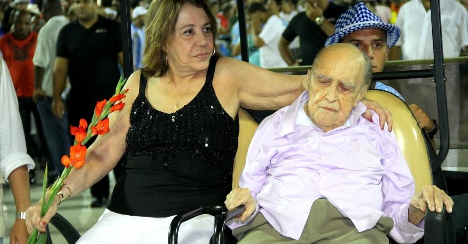 O arquiteto Oscar Niemeyer participou de ensaio da Beija-Flor de Nilópolis no sambódromo do Rio, onde recebeu homenagem (12/2/12)