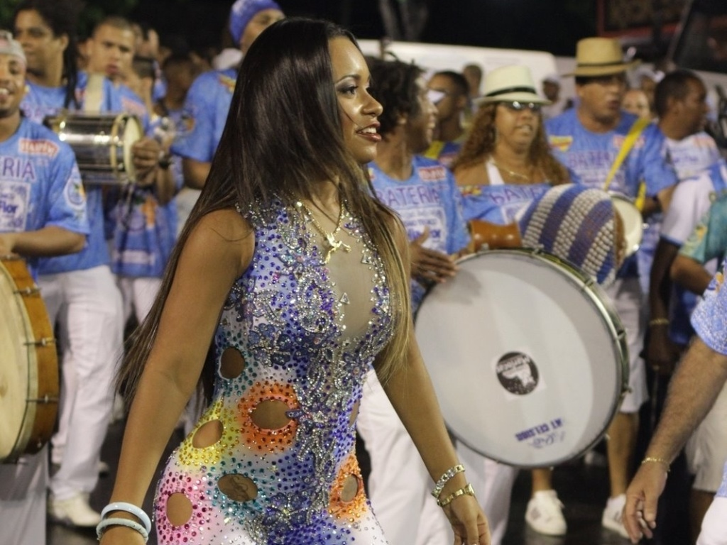 Rassa de Oliveira, rainha de bateria da Beija-Flor de Nilpolis, participa de ensaio da escola no sambdromo do Rio no domingo (12/2/12)