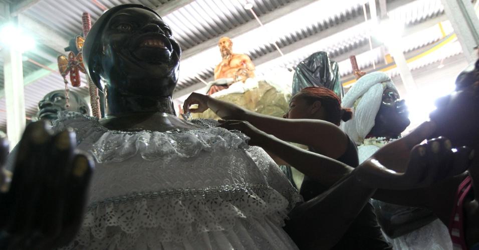 Alegoria que faz parte do segundo segmento do desfile da Beija-Flor, que marca a chegada dos negros e o grande mercado de escravos em São Luís do Maranhão (9/2/12)