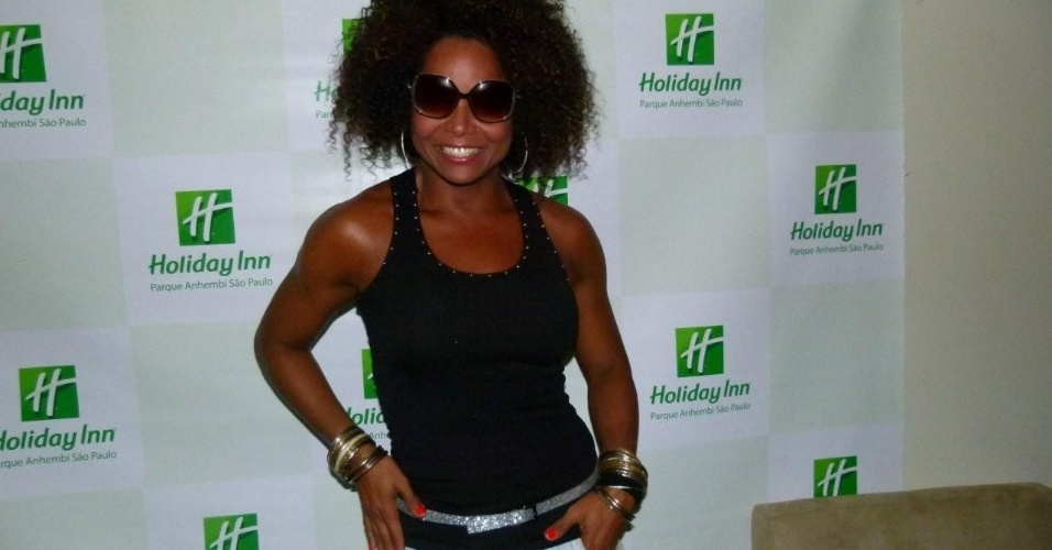Adriana Bombom chega ao Holliday Inn para o desfile das escolas de samba de São Paulo (17/2/12)