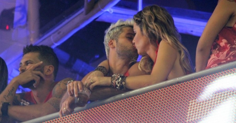 Bruno Gagliasso e a mulher, Giovanna Ewbank, trocam beijos no camarote Ao 2012, em Salvador (16/2/12)